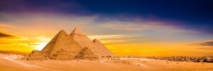 Panorama der großen Pyramiden von Gizeh bei Sonnenuntergang Wall mural