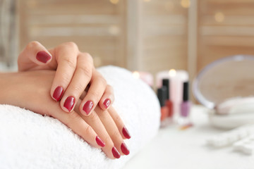 Foto op Plexiglas Manicure Woman with beautiful manicure in salon