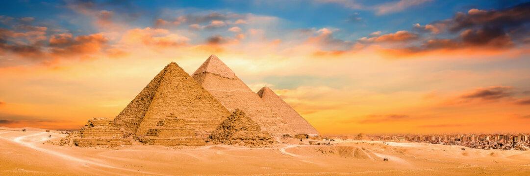 Panorama der großen Pyramiden von Gizeh bei Sonnenuntergang
