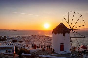 Wall Mural - Traditionelle Windmühle über Mykonos Stadt bei Sonnenuntergang, ohne Stromkabel, Kykladen, Griechenland