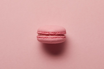Photo sur Plexiglas Macarons Pink french macaroon in center on pink background