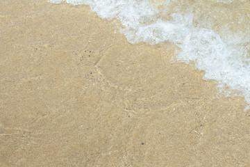 砂浜ビーチの透明な波