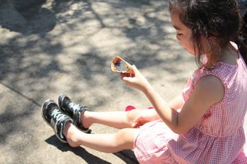 アイスを食べる女の子