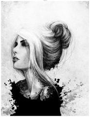 Obraz Czarno biały rysunkowy portret kobiety patrzącej przed siebie. Włosy upięte w kok, tatuaż na szyji. Rozpryski farby, malarstwo. - fototapety do salonu