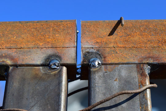 Connection by welding of metal square pipes