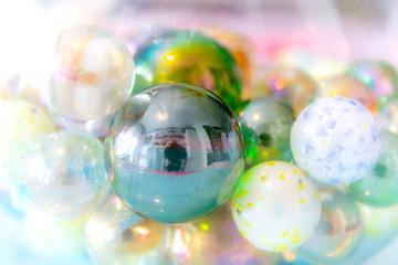 biglie di vetro colorate macro fotografia
