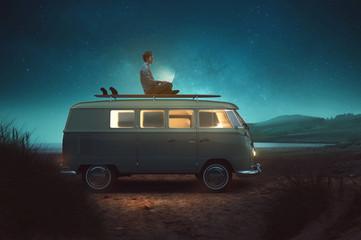 Mann arbeitet auf Dach von Van