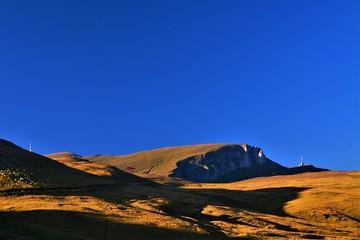 Photo sur Aluminium Bleu fonce alpine pasture on the Bucegi mountains