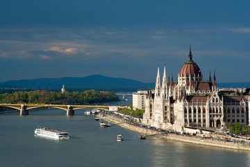 Foto op Canvas Boedapest Hungarian Parliament in Budapest, Cruise ship on the river