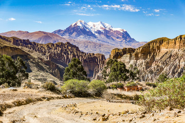 Papiers peints Beige View of Mount Illimani in La Paz Bolivia