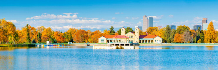 Fotobehang Blauw Scenic of Denver Colorado skyline. City Park, Ferril Lake and Rocky Mountains. Located in Denver, Colorado, USA.