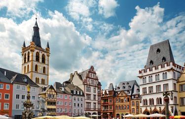 Trier – Hauptmarkt mit Sankt Gangolf und Steipe im Sommer