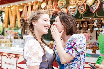 Fototapete - Frauen auf dem Oktoberfest Dult Regensburg Spaß in Tracht