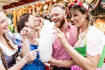 Fototapete - Junge Menschen Besucher feiern auf Volkfest in Tracht