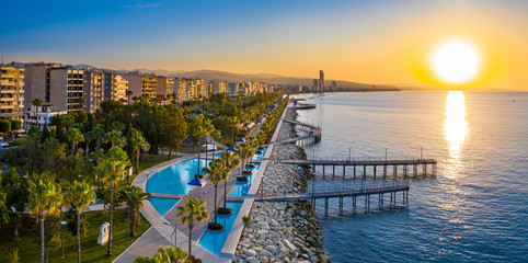 Foto auf AluDibond Zypern Republic of Cyprus. Limassol. Sunrise over the Mediterranean sea. The Seafront Of Limassol. Walking area with sea view. Early morning in Cyprus. The sun rises over the sea. Promenade.