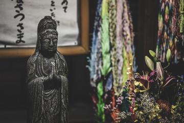 地蔵、千羽づる。折り紙、鶴。お寺