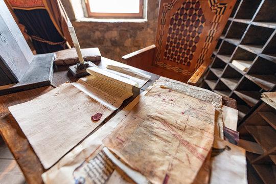 Carte e carteggi, documenti manoscritti antichi e iscrizioni segrete e strane