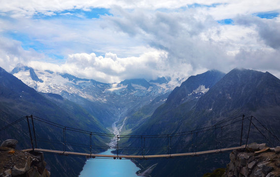 Hiking the Zillertal Alps from Schlegeisspeicher (water reservoir) to Olperer Hütte and famous instagram swing bridge