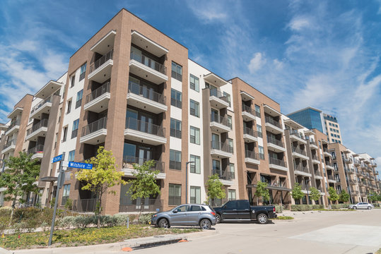 New luxury multistorey apartment community with parked cars near Dallas, Texas
