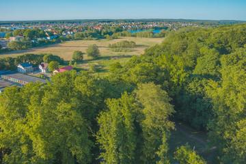 widok z góry lot ptaka park panorama miasta zieleń lato pola budynki domy