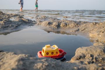 vergessenes Spielzeugboot am Ostseestrand