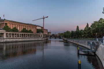 Sonnenaufgang über der Spree in Berlin