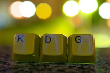 Buchstaben mit in deutsch KDG Katholisches Datenschutzgesetz in englisch Catholic data protection law mit Lichtern im Hintergrund