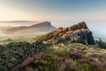 Photo Stands Deep brown The Roaches in the Peak District National Park England during a summer sunrise
