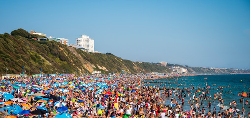 Thousands of sun seekers pack the beach, Bournemouth, Dorset Fototapete