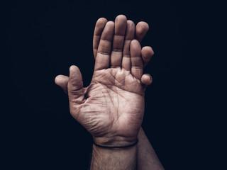 Eine Handfläche  wird von einer anderen Hand umschlossen