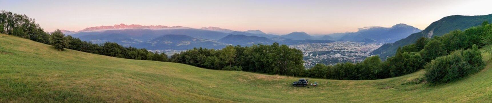 Bivouac du soir avec vue sur la ville de Grenoble, France