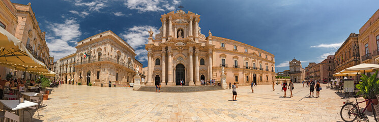 Foto op Plexiglas Bedehuis Some tourists are walking admiring the baroque cathedral in the historic center of the island of Ortigia in Syracuse, in Sicily, Italy.