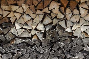 Photo sur Aluminium Texture de bois de chauffage Background of dry chopped firewood laid in a woodpile. Close-up.