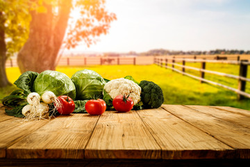 Papiers peints Cuisine Table background with fresh vegetables and sunny autumn view.