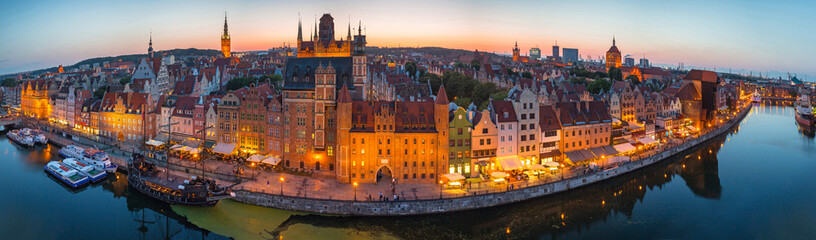 Photo sur Aluminium Con. Antique Panorama of the old town in Gdansk at dusk, Poland.