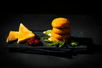 gebackener Camenbert mit Preiselbeeren und Toast