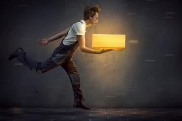 Paketmann bringt leuchtendes Paket