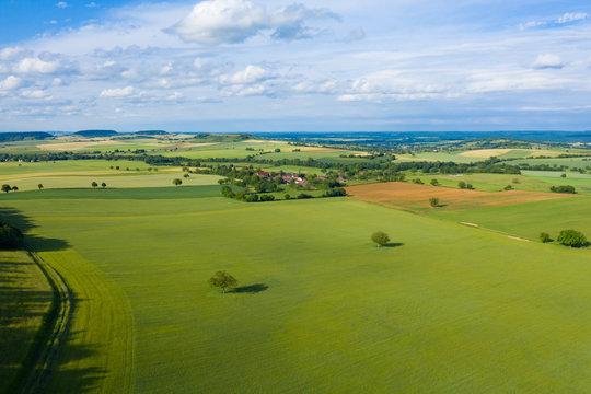 La campagne et un village français au milieu des champs
