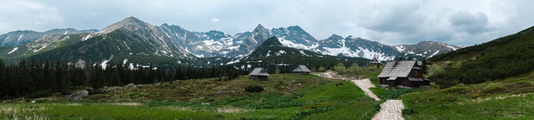 Fototapeta Panorama of trail between wooden houses high in mountains