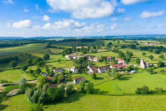 Le village de Cuncy-les-Varzy au milieu de la campagne