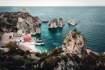 Luftbild von einer Bucht bei Scopello am Tyrrhenischen Meer auf Sizilien in Italien