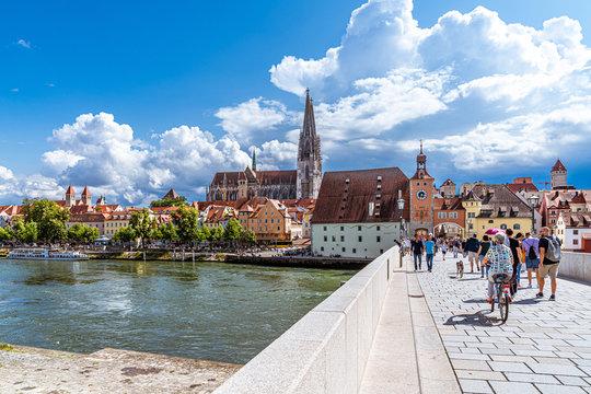 Auf der steinernen Brücke von Regensburg mit Blick auf den Dom