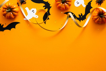 Happy halloween holiday concept. Halloween decorations, pumpkins, bats, ghosts on orange background. Halloween party greeting card mockup with copy space. Flat lay, top view, overhead. Fototapete