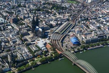 Kölner Innenstadt mit Dom und Rhein. Museum Ludwig, Hauptbahnhof, Deutzer Eisenbahnbrücke