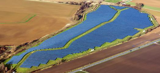 Solarpark Inden, NRW, in Sichtweite des Braunkohlekraftwerks Weisweiler