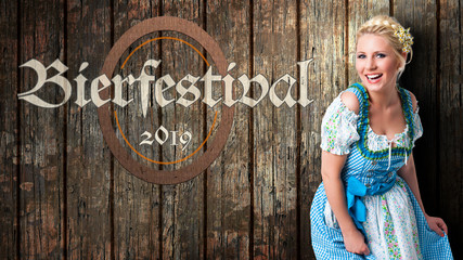 Oktoberfest 2019 Banner mit junger Frau im Dirndl vor Holzhintergrund