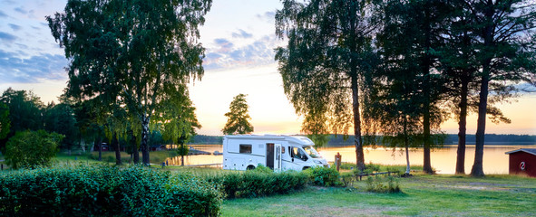 Camping am See mit Wohnmobile Wildcamping Sommer Urlaub
