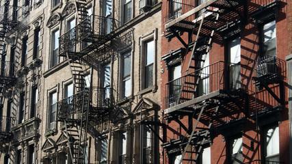New York City, Manhattan: Typische Altbau-Fassaden mit Feuerleitern