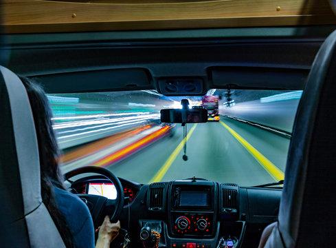 Wohnmobil Fahrerkabine in einem Straßen-Tunnel