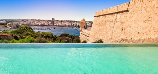Fotomurales - Infinity pool overlooking the city of Valletta, Malta.